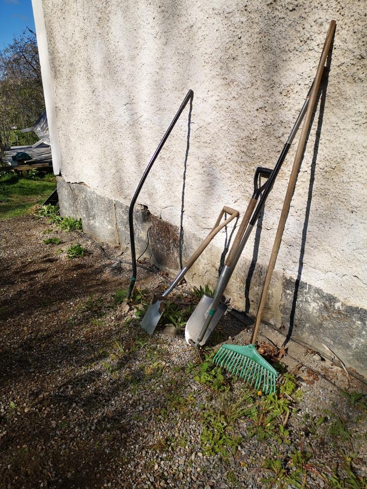 trädgårdsreskap lutade mot vägg